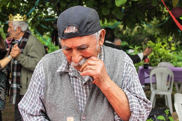 starý muž, kšiltovka