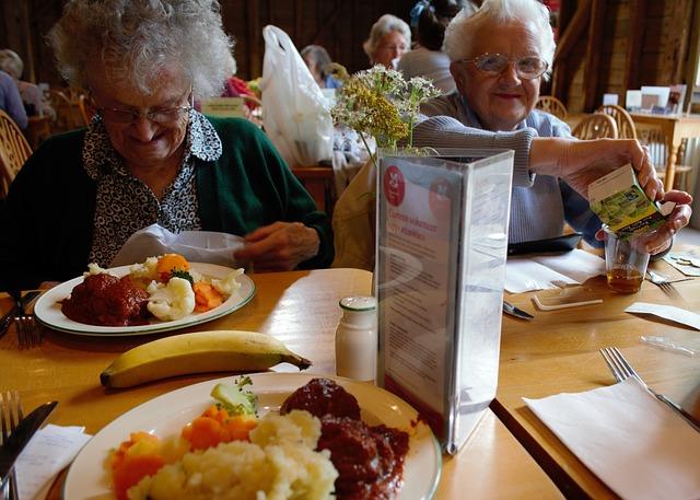 oběd, banán, staré ženy