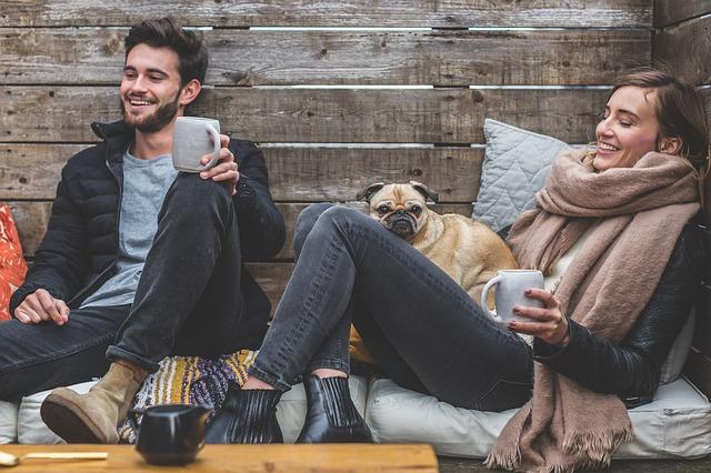 muž a žena při zábavné konverzaci