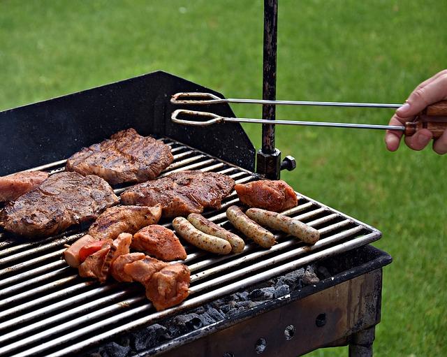 grilování masa a klobás.jpg