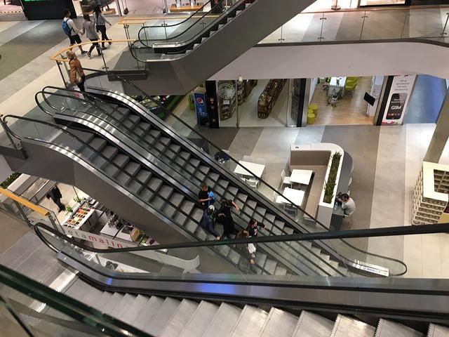 lidé na eskalátorech