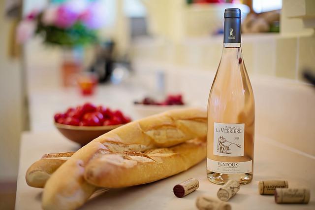 růžové víno a bagety