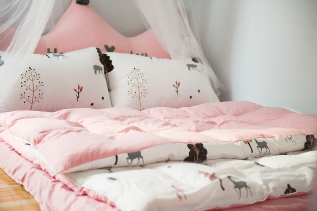 růžové lůžkoviny, postel pro princeznu